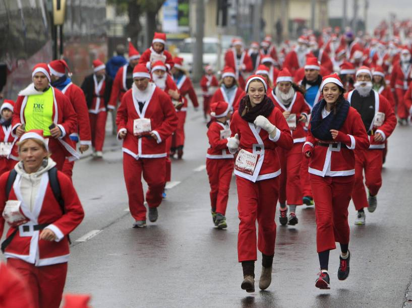 Corredores vestidos de papai noel participam de competição em Budapeste, na Hungria