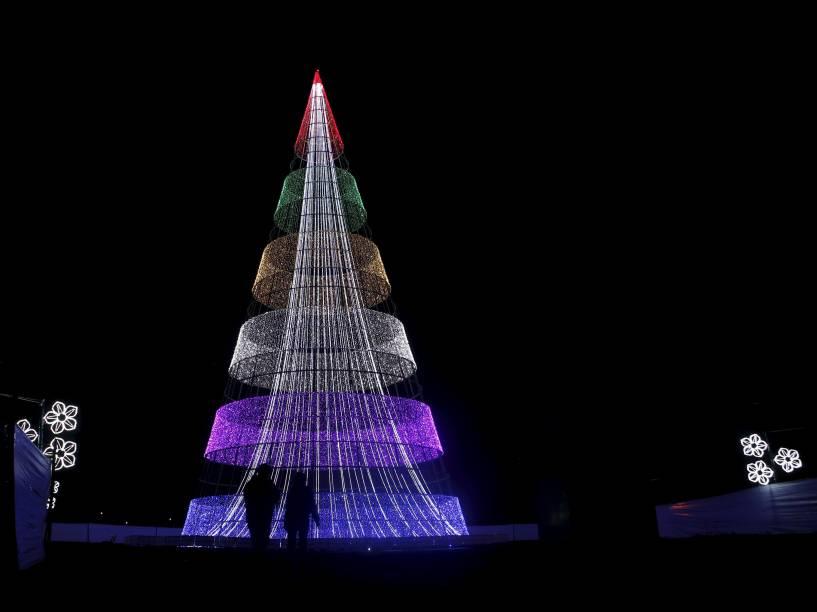 Público observa uma enorme árvore de Natal iluminada no Parque Simon Bolivar, em Bogotá, na Colômbia