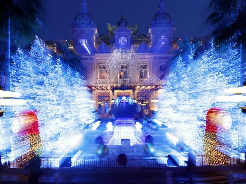 Cassino Monte Carlo em Mônaco recebe iluminação e decoração especial de Natal