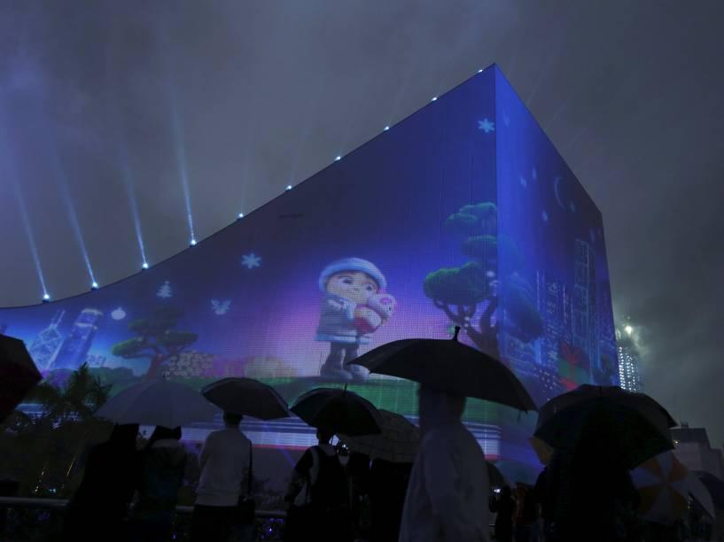 Animação temática de Natal é projetada na fachada do Centro Cultural de Hong Kong, em Hong Kong