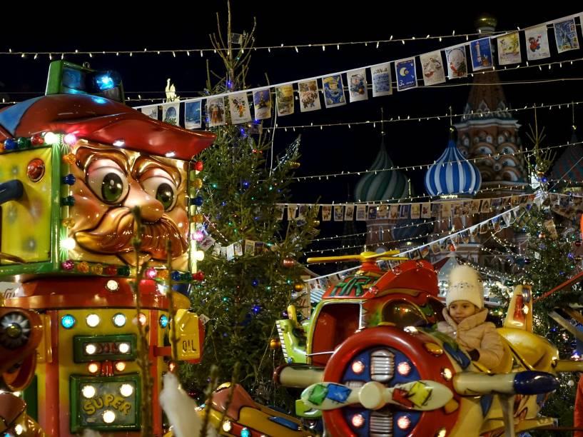 Criança se diverte em uma feira temática de Natal na Praça Vermelha em Moscou, na Rússia