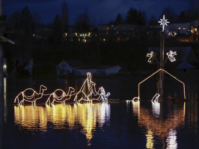 Cena do nascimento de Jesus é retratada nas águas do rio Snoqualmie em Duvall, Washington (EUA)