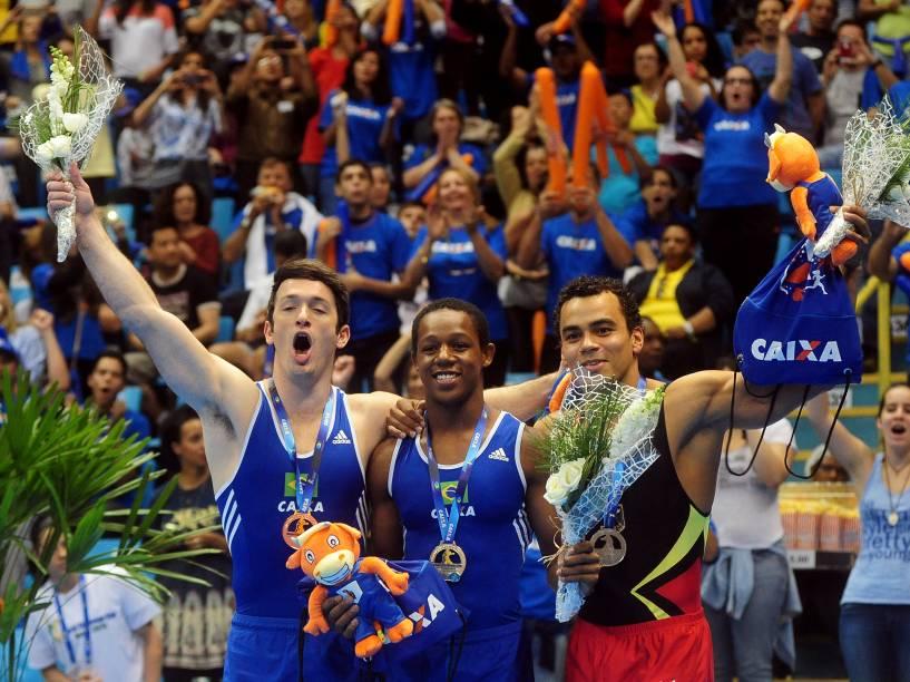 Os ginastas brasileiros Angelo Assumpção e Diego Hypolito comemoram o primeiro e terceiro lugar, respectivamente, na prova de Salto na Copa do Mundo de Ginastica Artística