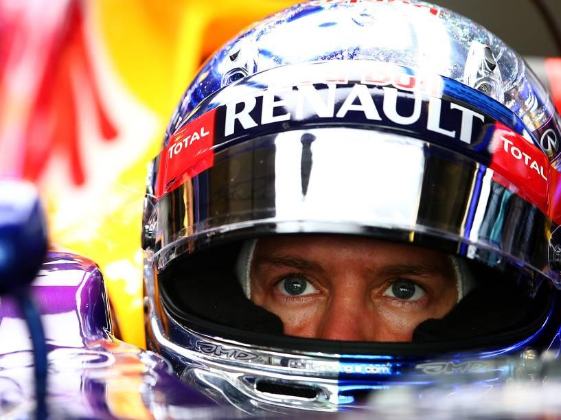 Sebatian Vettel nos boxes da Red Bull, durante treino livre para Grande Prêmio de Abu Dhabi. O alemão correrá pela Ferrari na próxima temporada