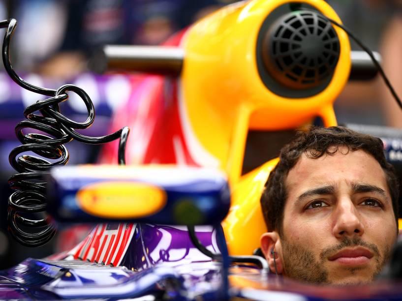 Daniel Ricciardo nos boxes da Red Bull, durante treino livre para Grande Prêmio de Abu Dhabi