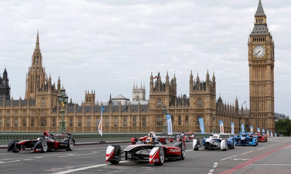 Carros da Formula E durante exibição em Londres