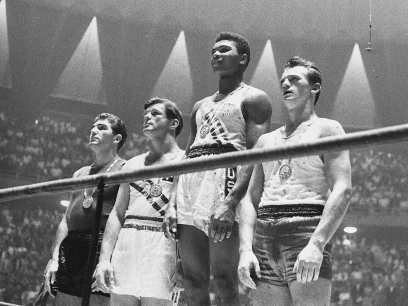 Muhammad Ali (ainda com o nome de Cassius Clay) no alto do pódio com a medalha de ouro nos jogos olímpicos de Roma em 1960
