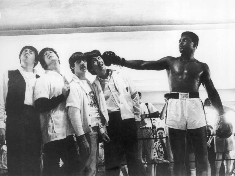 Durante visita à sala de treinamento de Muhammad Ali em Miami, os Beatles levam nocaute do pugilista americano em 1964