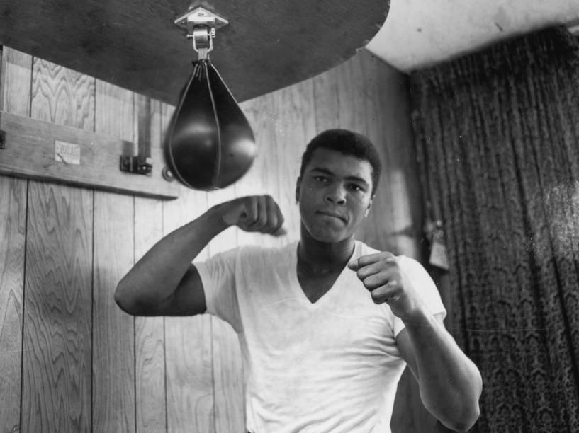 O boxeador americano Cassius Clay (mais tarde Muhammad Ali), durante treinamento em maio de 1965