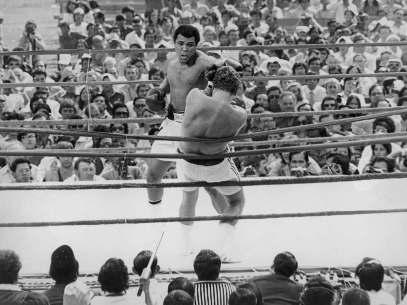 Muhammad Ali durante defesa de cinturão contra o húngaro naturalizado australiano Joe Bugner em Kuala Lumpur no ano de 1975