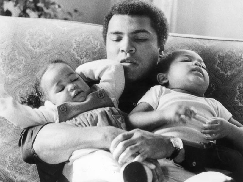 Muhammad Ali com suas filhas Laila e Hanna em 1978
