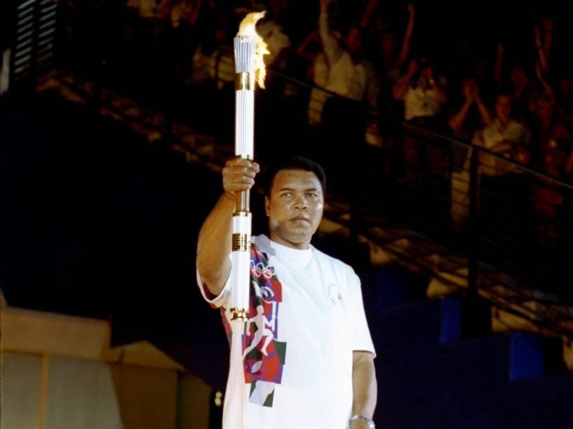Muhammad Ali segura a tocha antes de acender a chama olímpica durante a cerimônia de abertura dos Jogos Olímpicos de 1996 em Atlanta, estado americano da Georgia - 19/07/1996