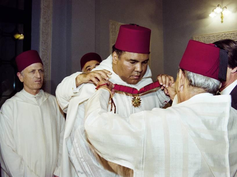 O rei marroquino Hassan II recebe o ex-boxeador e campeão dos peso pesados Muhammad Ali durante cerimônia no Palácio Real em Rabat em 1998