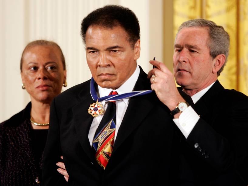 O então presidente dos Estados Unidos, George W. Bush, entrega a Muhammad Ali a Medalha Presidencial da Liberdade durante cerimônia na Casa Branca em 2005