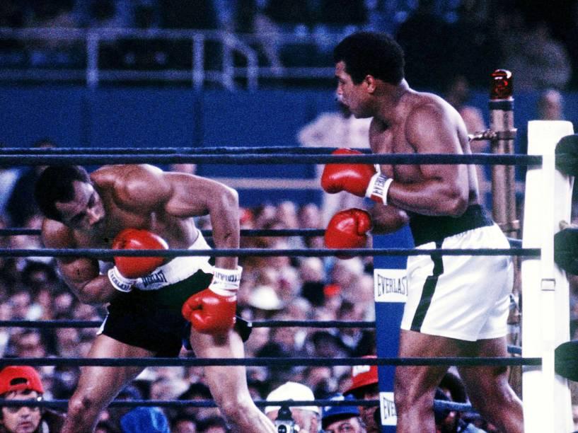 Muhammad Ali luta contra Ken Norton no Yankee Stadium na terceira luta entre os dois pesos pesados em Nova York, em setembro de 1976