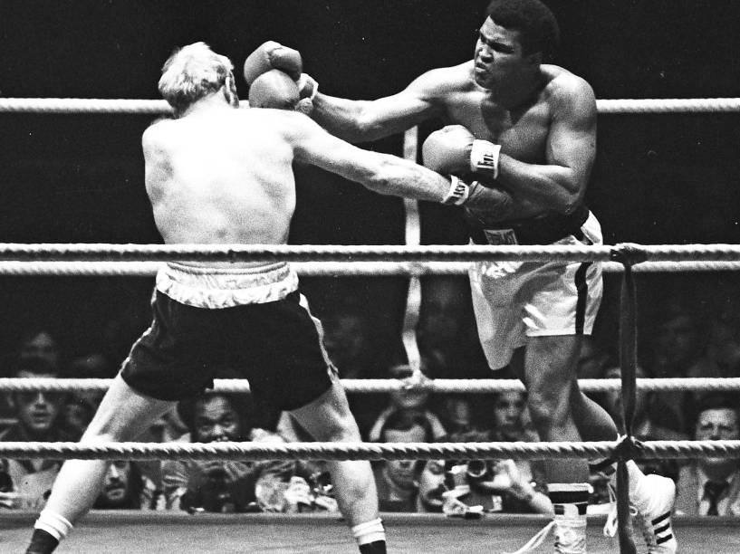 Muhammad Ali enfrenta o britânico Richard Dunn em luta válida pelo título mundial dos peso pesados em Munique, Alemanha no ano de 1976