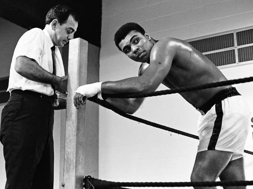 Muhammad Ali com seu treinador Angelo Dundee antes da luta com Ernie Terrell no Astrodome, em Houston, estado americano do Texas em 1967