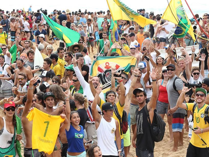 Brasileiros comemoram o título do surfista Gabriel Medina, no Circuito Mundial de Surfe (WCT), o Billabong Pipe Masters, na praia de Pipeline, na Ilha de Oahu, no Havaí
