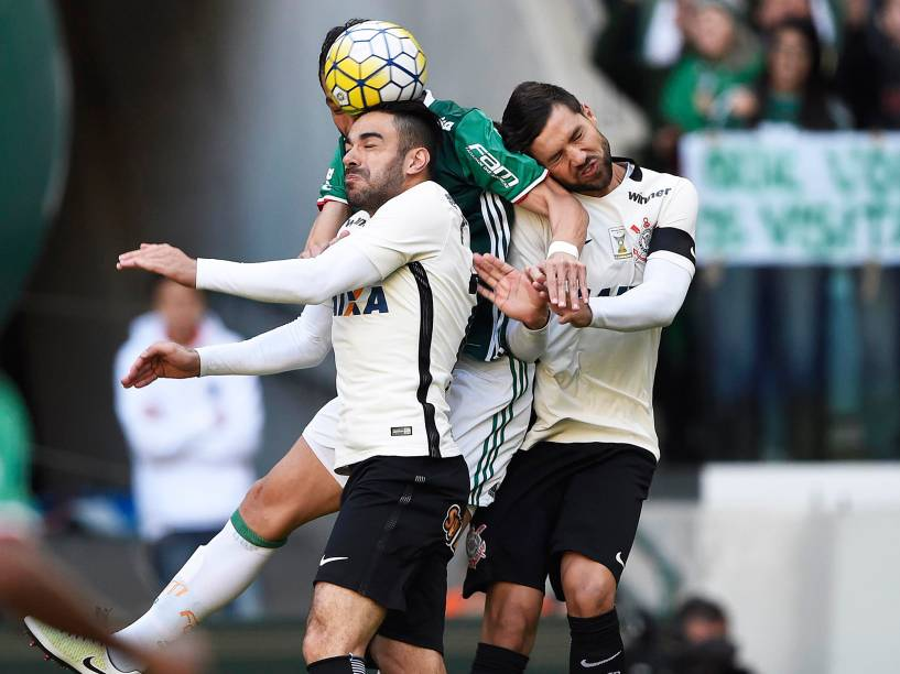 Disputa de bola, durante partida entre Palmeiras e Corinthians, válida pela 7ª rodada do Campeonato Brasileiro, em São Paulo (SP) - 12/06/2016