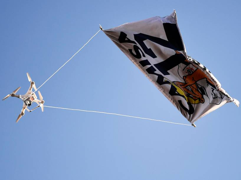 Drone com bandeira de torcida organizada do Corinthians, é vista durante partida contra o Palmeiras - 12/06/2016