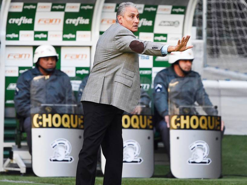 O técnico Tite, do Corinthians, durante partida contra o Palmeiras, válida pela 7ª rodada do Campeonato Brasileiro, realizada em São Paulo (SP) - 12/06/2016