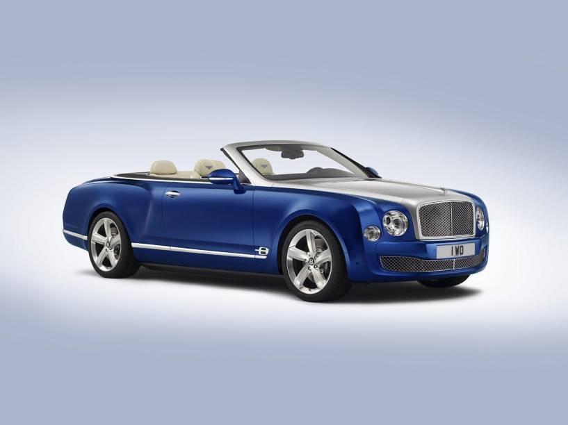 O novo Bentley Grand Convertible: assentos acolchoados de couro, detalhes em paetês azuis e acabamento em madeira