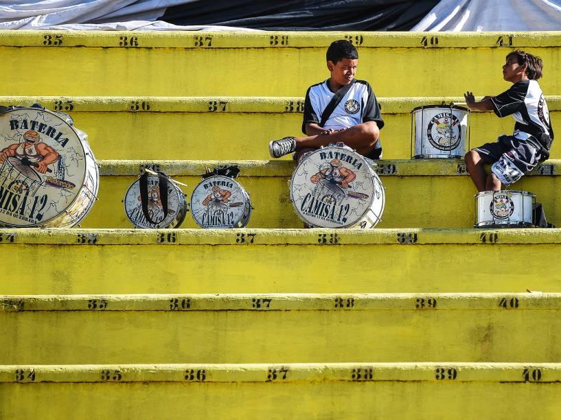 Torcedores do Corinthians chegam para assistir a partida contra o Flamengo pela final da 47ª Copa São Paulo de Futebol Junior, no Estádio do Pacaembu, na manhã desta segunda-feira (25)