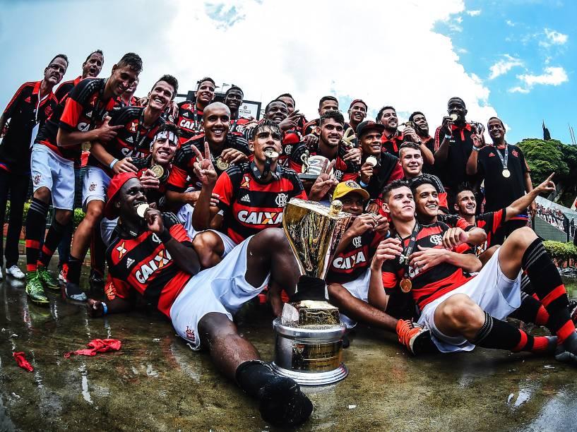 Os jogadores do Flamengo comemoram o título de campeão da 47ª Copa São Paulo de Futebol Júnior, após vitória sobre o Corinthians nos pênaltis, no Estádio do Pacaembu, na manhã desta segunda-feira (25)