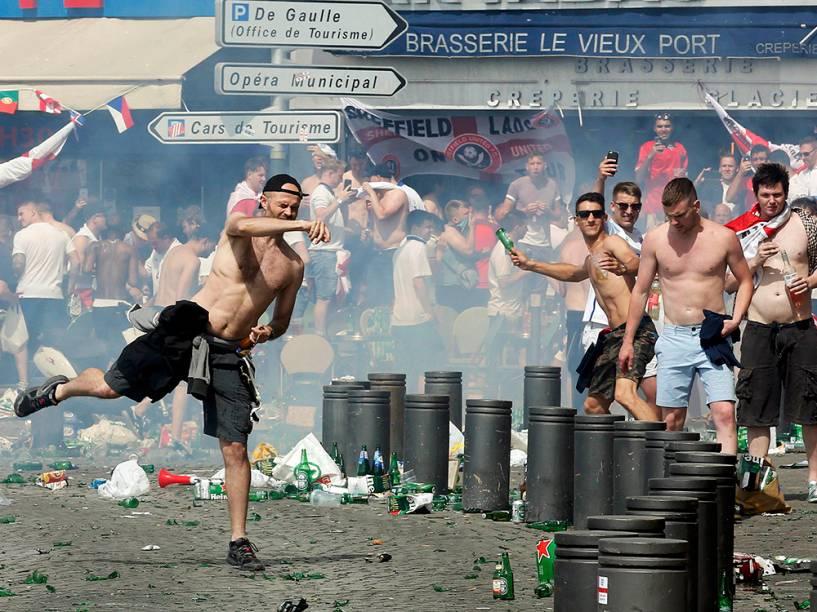 Torcedores ingleses jogam garrafas contra policiais, durante confronto em Marselha, na França, antes da partida entre Inglaterra x Rússia pela Eurocopa - 11/06/2016
