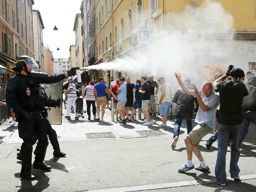Policial usa gás lacrimogêneo para dispersar manifestantes, antes da partida entre Inglaterra x Rússia pela Eurocopa, em Marselha, na França - 11/06/2016