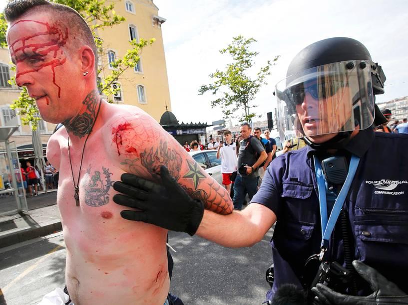 Policiais prendem torcedor, antes da partida entre Inglaterra x Rússia pela Eurocopa, em Marselha, na França - 11/06/2016