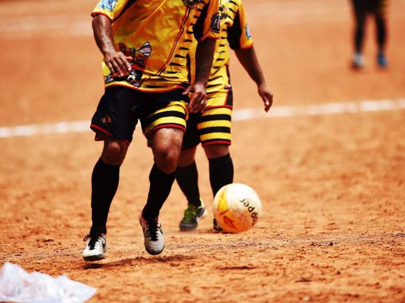 Atleta do Juta Três, em disputa da final dos veteranos, que serviu como preliminar para a grande decisão da Copa Leidiane