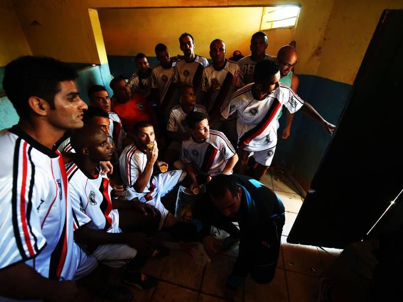 Atletas do 17 de janeiro se reúnem no vestiário para uma reza antes da decisão