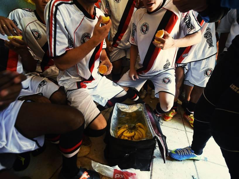 Atletas do 17 de janeiro comem laranjas e bananas antes da decisão da Copa Leidiane
