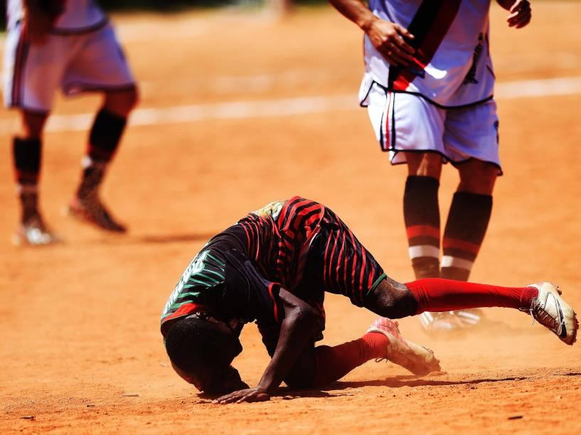 Atacante Angolano, da Portuguesa, sofre com a marcação da equipe do 17 de janeiro