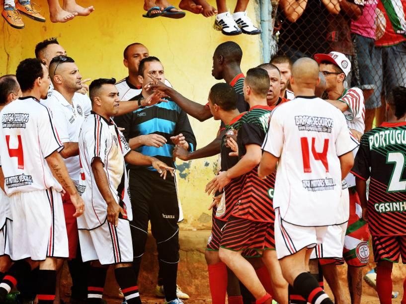 Atletas discutem com a arbitragem depois do gol de empate do goleiro Raphael Barrios
