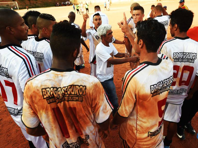Atletas do 17 de janeiro se reúnem antes da decisão por pênaltis, vencida pela Portuguesa