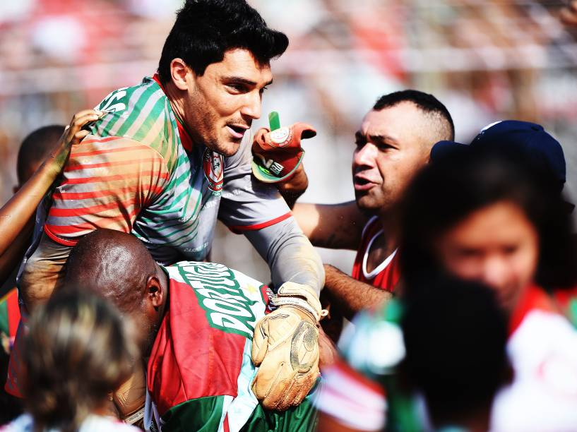 Herói do título da Portuguesa, goleiro Raphael Barrios é carregado por torcedores após a partida