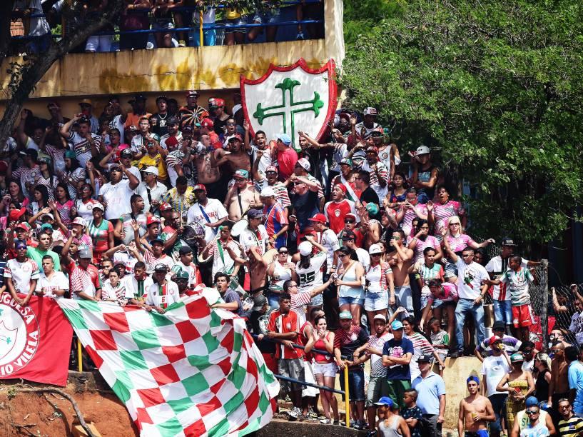 Em maior número, torcida da Portuguesa celebra o título na improvisada arquibancada
