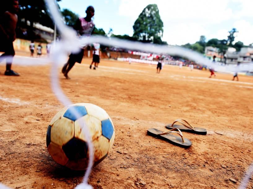 Crianças brincam no campo durante o intervalo da final da Copa Leidiane de 2014, disputada no CDC Jardim Planalto, em Sapopemba, zona leste de São Paulo