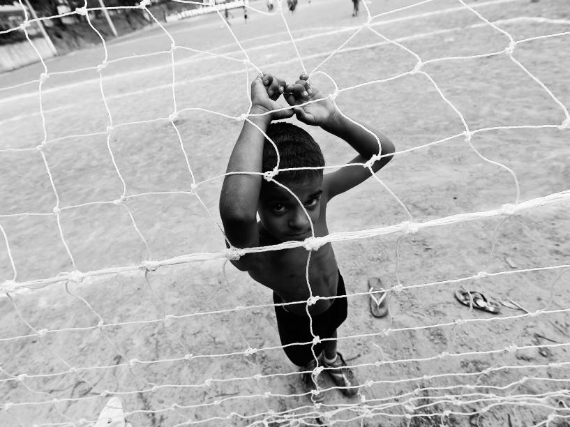 Crianças brincam no campo durante o intervalo da final da Copa Lediane de 2014, disputada no CDC Jardim Planalto, em Sapopemba, zona leste de São Paulo