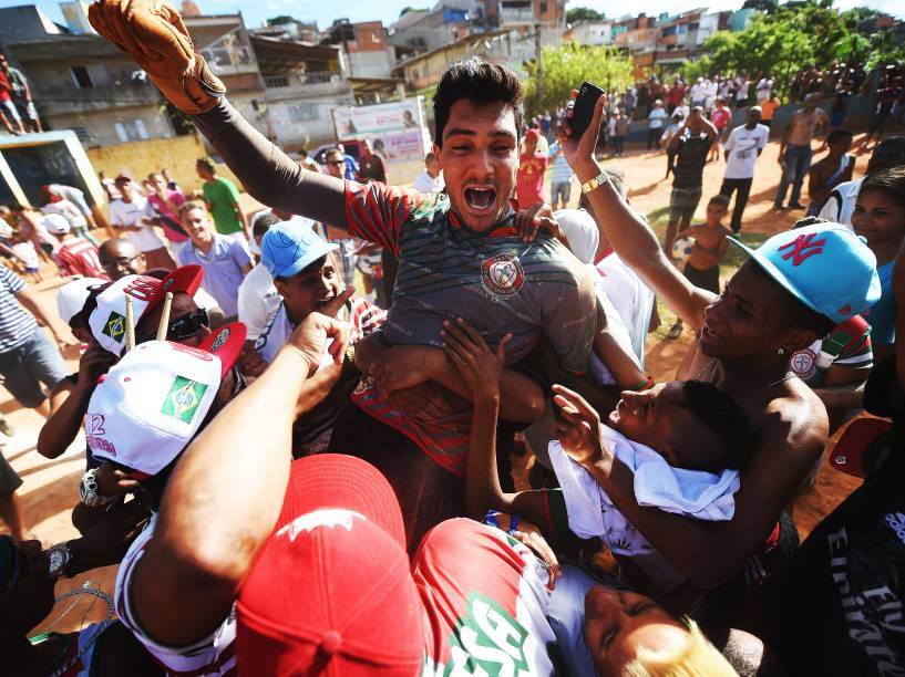Goleiro Raphael Barrios, o herói da final, é carregado pela torcida Portuguesa depois da partida