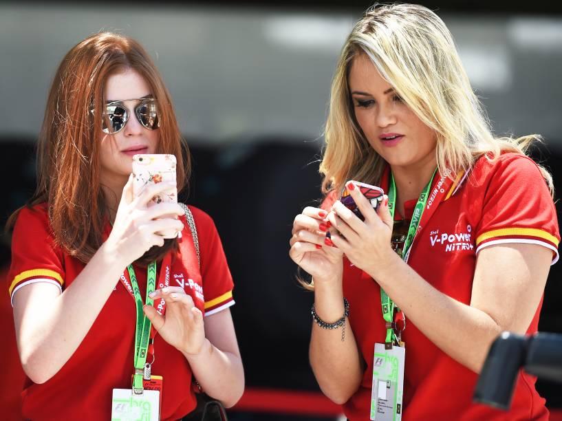 Marina Ruy Barbosa (à esq.) e Ellen Roche nos bastidores do GP Brasil de Fórmula 1, em Interlagos