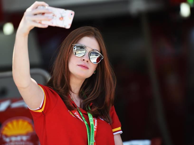 Marina Ruy Barbosa faz uma selfie nos bastidores do GP Brasil de Fórmula 1, em Interlagos