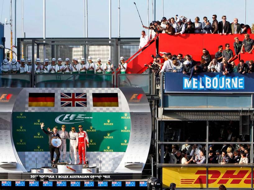 Chefe de desenvolvimento da Mercedes-Benz, Weber, segundo colocado Rosberg, vencedor da corrida, Hamilton, e o terceiro colocado posam para foto no pódio após o GP da Austrália em Melbourne