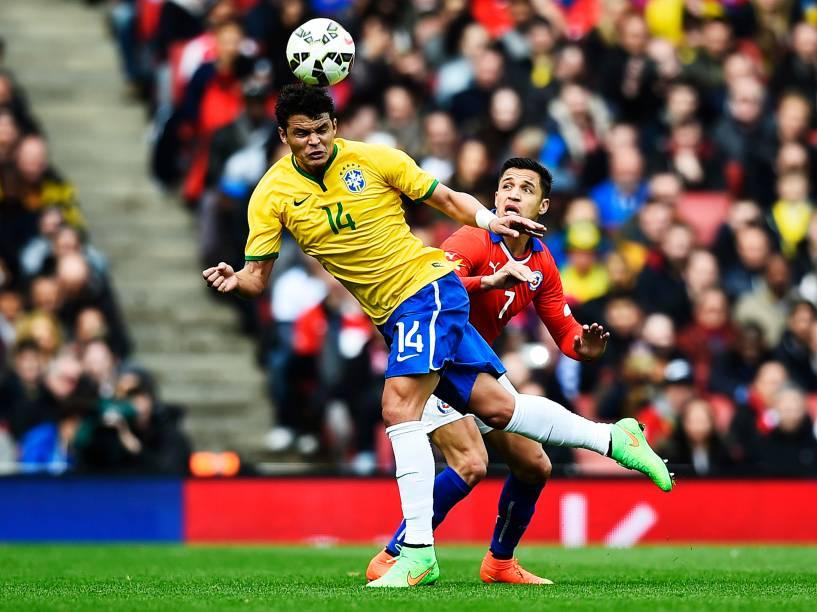 Thiago Silva e Alexis Sanchez disputam jogada pelo alto