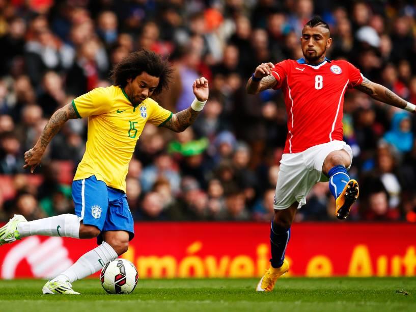 Marcelo tenta passar pela marcação do chileno Arturo Vidal