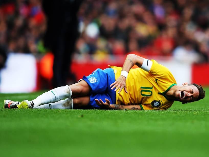 Neymar fica no chão após pancada na partida contra o Chile