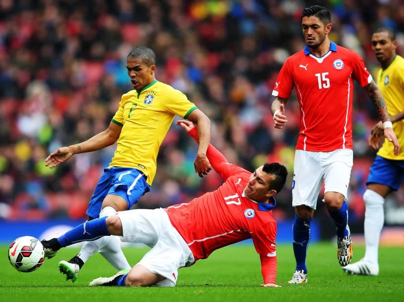 O chileno Gary Medel divide jogada com o atacante Douglas Costa do Brasil