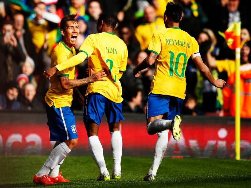 O atacante Roberto Firmino comemora com Elias e Neymar o gol que abriu o placar no amistoso contra o Chile